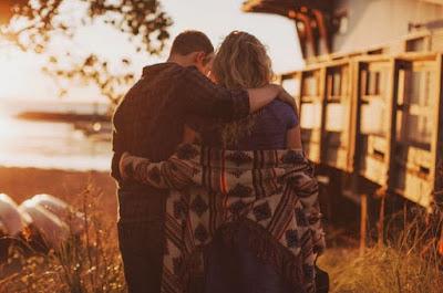 5 Tanda Sikap Tubuh Cowok Yang Bisa Buat Anda Aman dan Nyaman