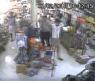 Câmera registra quando homem rende clientes e funcionários e rouba loja na PB; assista