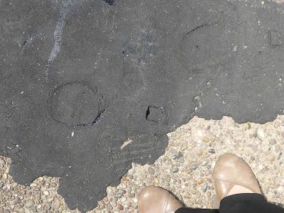 Spuren im Asphalt