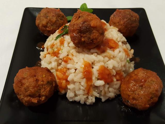 Polpette ai porri con salsa di pomodoro e riso
