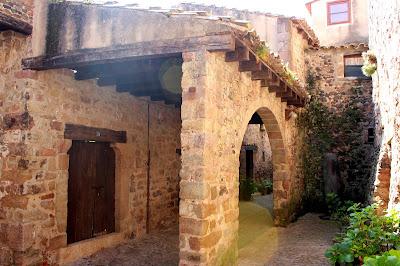 Viviendas adosadas a la muralla de Santa Pau. Vila Vella