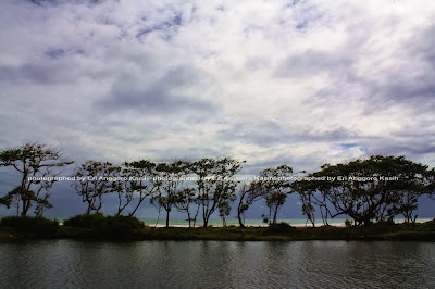 Danau yang kayaknya bekas tambang pasir besi di Pantai Bubujung, yang putih itu adalah ombak