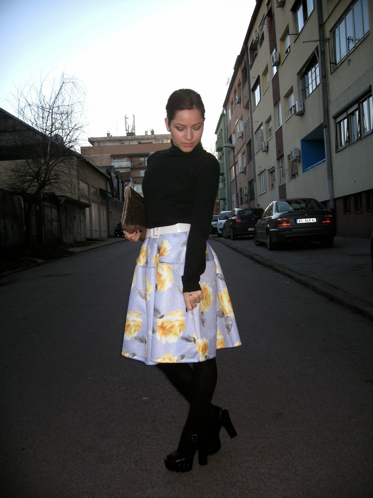 outfit, choies dress, choies.com, blue floral print puff midi dress, black turtleneck, black chunky shoes heels, gold clutch, black tights