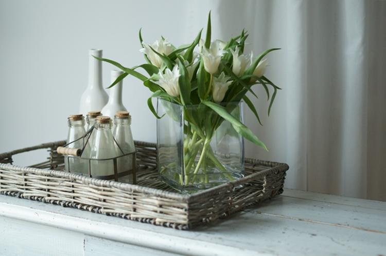 Spitze weiße Tulpen auf einem Korbtablett { by it's me! }