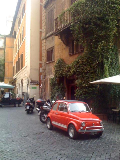 ローマの街並と赤の500(チンクチェント)