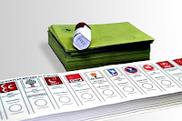 Oy pusulası, oy zarfları ve üzerindeki evet kaşesi