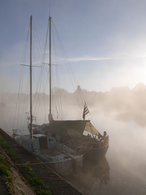 blottis l'un contre l'autre, deux voiliers dans le port de Redon
