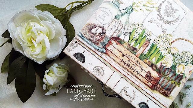 Biała szkatułka z odrobiną zieleni i beżu
