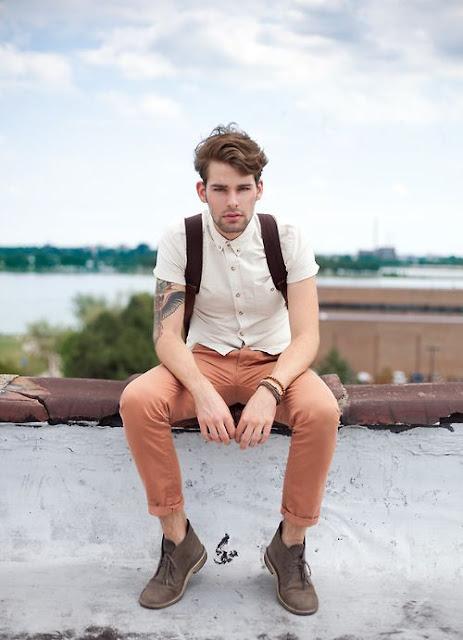 look neutro masculino com camisa manga curta