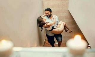 يحمل حبيبته بالطريقة الرومانسية
