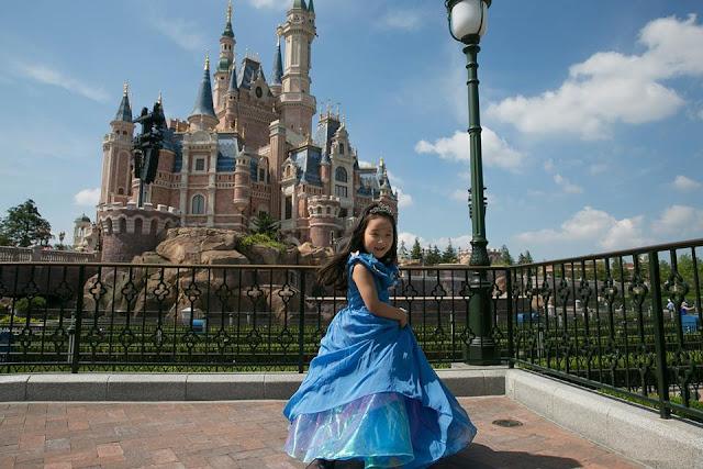 Dad makes his daughter a real life princess
