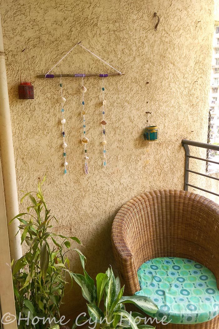 A cute and easy DIY project involving tree banches, seashells and glass beads to decorate your balcony