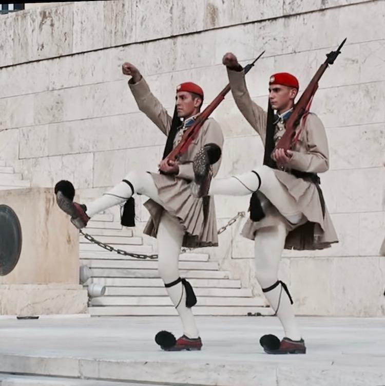 Changing the Guard in Athens Greece, zmiana warty przed grobem nieznanego żołnierza Ateny Grecja
