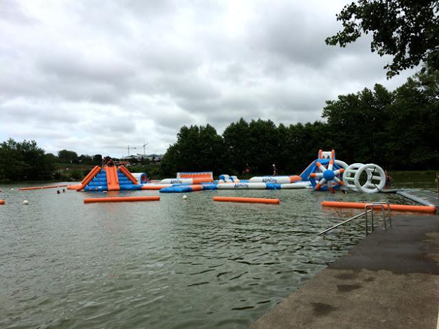 Foto del Circuito hinchable en el lago del camping Larrouleta. Urrugne | caravaneros.com