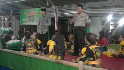 Anggota Kapolsek Berikan Himbauan Penonton Ndolalak di Desa Petuguran
