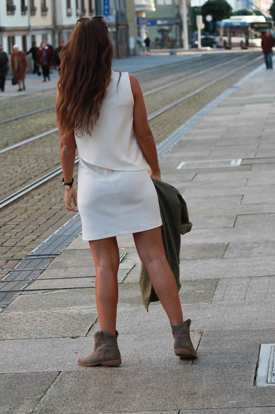 девушки в просвечивающих юбках фото присев корточки стал