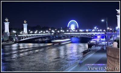 au loin le pont alexandre III et la roue des Tuileries
