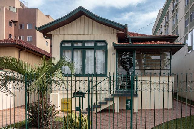 Casa de madeira na Rua Alcides Munhoz, atualmente uma hospedaria