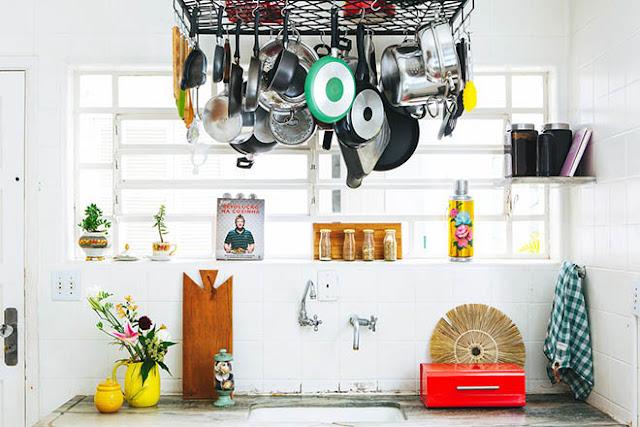 cuisine blanche avec accessoires de cuisine accrochés au plafond