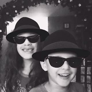 Sophia y Fabian con sombrero y lentes oscuros
