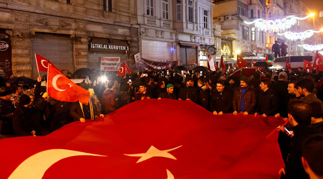 People wave Turkish flags during a protest in front of the Dutch Consulate in Istanbul © Osman Orsal / Reuters