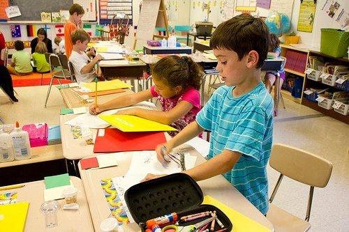 Anak-anak Belajar di Kelas