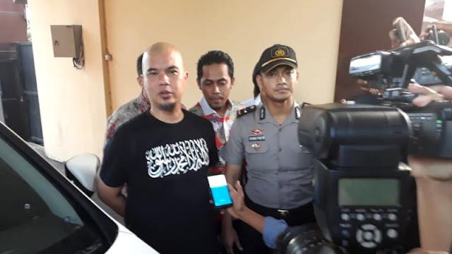 Diperiksa Polisi soal Penipuan, Ahmad Dhani Datang Pakai Kaus Tauhid