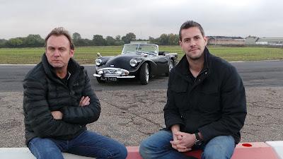 Philip Glenister e Ant Anstead procuram modelos emblemáticos que estão em estado de sucata para devolver-lhes o lustro - Divulgação