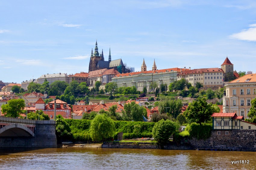 Свою историю Пражский град ведет начиная с 880-х годов, когда правители Богемии построили на высоком берегу первую деревянную крепость.