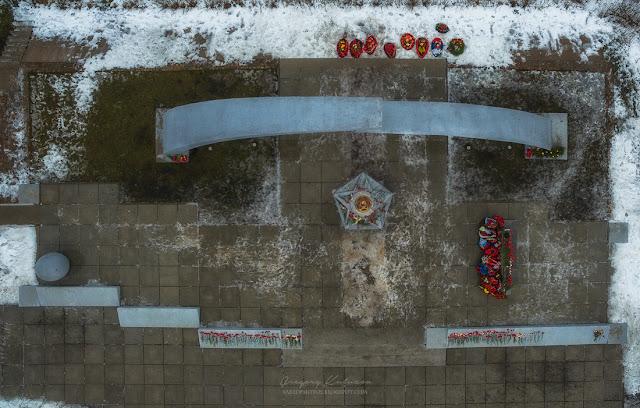 Мемориал разорванное кольцо, фотография с квадрокоптера DJI Phantom 3 Advanced. Проекция сверху