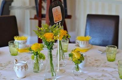 Bạn có thể sử dụng những bình hoa nhỏ để trang trí bàn tiệc