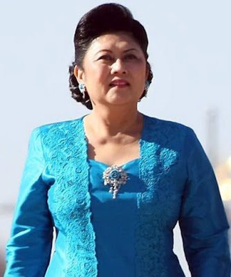 Biografi Ani Yudhoyono     Kristiani Herrawati Susilo Bambang Yudhoyono yang lebih dikenal dengan Ibu Ani Bambang Yudhoyono adalah Ibu Negara ke enam Republik Indonesia sejak suaminya Dr. H. Susilo Bambang Yudhoyono dilantik sebagai Presiden Republik Indonesia pertama pilihan rakyat pada tanggal 20 Oktober 2004.  Lahir di Yogyakarta, 6 Juli 1952 sebagai anak ketiga dari tujuh bersaudara pasangan suami istri Letnan Jenderal (Purn) Sarwo Edhie Wibowo (Alm) dan Hj. Sunarti Sri Hadiyah. Beliau menikah dengan Susilo Bambang Yudhoyono pada tanggal 30 Juli 1976, waktu Pak SBY baru saja dilantik menjadi Perwira TNI dan menjadi lulusan terbaik. Pernikahan Ibu Ani dan Pak SBY ini tergolong unik. Pernikahan itu berlangsung bersamaan dengan pernikahan kakaknya, Wrahasti Cendrawasih dengan Erwin Sudjono, dan adiknya Mastuti Rahayu dengan Hadi Utomo. Keduanya ini juga perwira TNI yang juga baru lulus.  Selain sebagai Ibu dari seluruh anak-anak Indonesia, Ibu Ani Bambang Yudhoyono adalah ibu dari dua putra, Letnan Satu Agus Harimurti Yudhoyono (menikah dengan Annisa Larasati Pohan tahun 2005 lalu) yang sekarang sedang sekolah bidang Strategic Studies di Institute of Defence and Strategic Studies, Nanyang Technological University dan Edhie Baskoro Yudhoyono (lulusan Curtin University of Technology, Perth - West Australia dengan