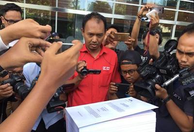 Komisi Pemberantasan Korupsi (KPK) melimpahkan berkas perkara tersangka kasus dugaan korupsi proyek  pengadaan e-KTP, Setya Novanto, ke Pengadilan Tindak Pidana Korupasi (Tipikor), Jakarta Pusat, Rabu, 6 Desember 2017.