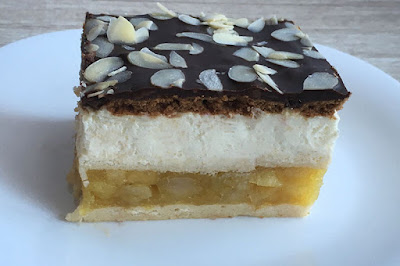 Ciasto bez pieczenia z serkiem mascarpone i jabłkami polane czekoladą