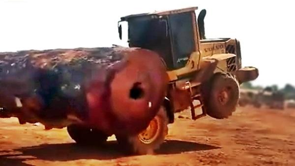 Carregadeira Volvo L60F com uma grande tora pesada