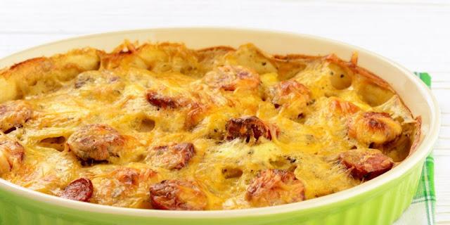 البطاطس بالسجق وصوص الجبن الشيدر