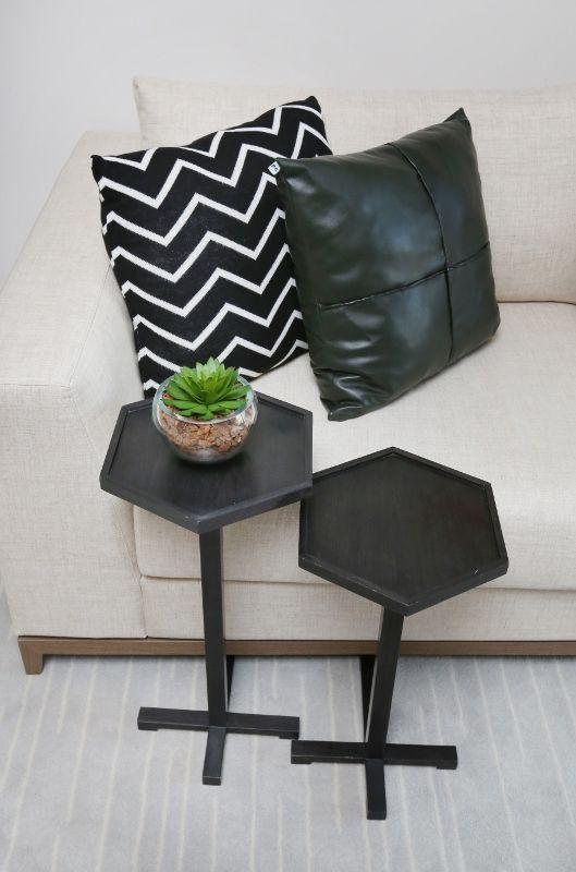 sofá claro almofadas preta suculenta detalhe
