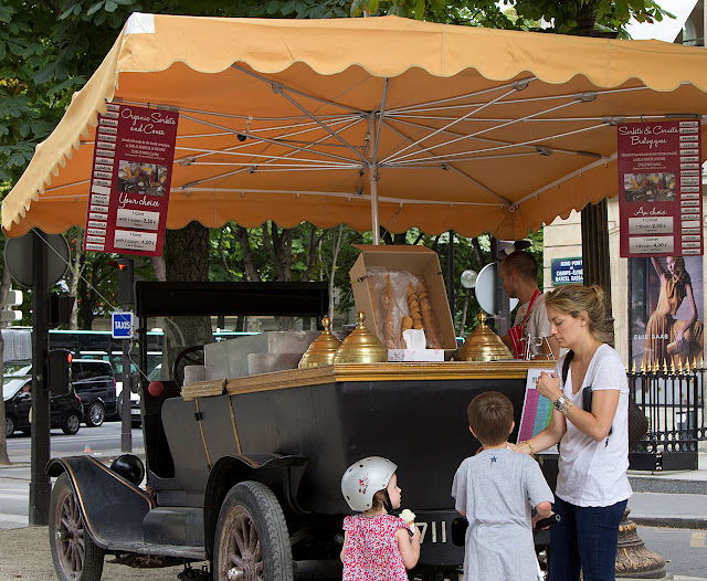 Sorveteiro em Paris verificou que carro antigo atrai mais que moderno. E que o sorvete não pode ter nenhum elemento de fábrica