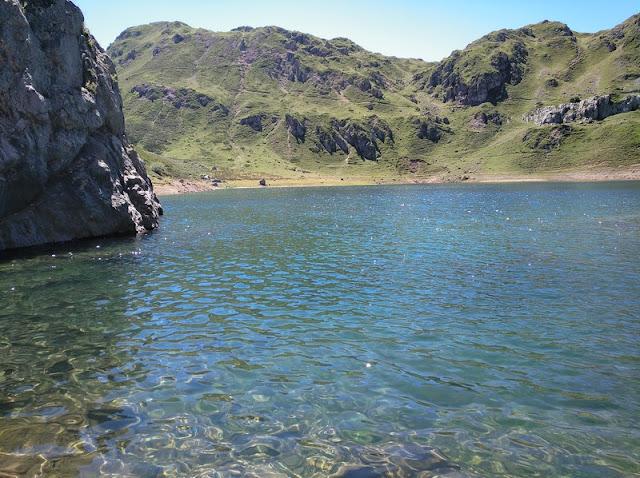 Aguas cristalinas en el Lago de la Cueva en los Lagos de Saliencia