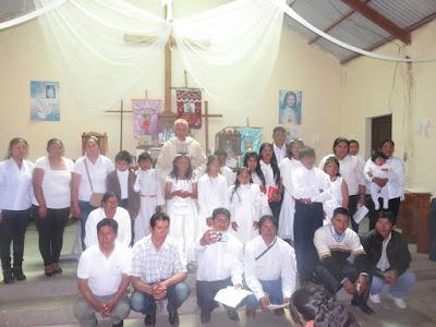 Gruppenfoto mit Täuflingen, Erstkommunikanten und Firmlingen