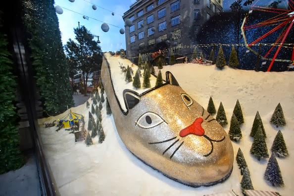 abf05fed0eda MUITAS lojas estão se preparando para lançar suas decorações de Natal! Selfridges  revelou sua MARAVILHOSA vitrine de Natal hoje.