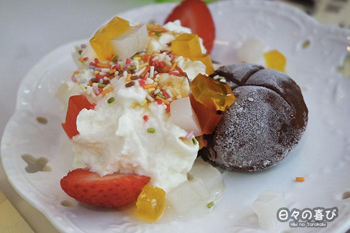 zoom mochi glacé au chocolat et sa montagne de chantilly