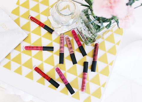 Matowe pomadki Fluid Velvet Mat Lipstick Deborah Milano. Idealnie matowe, jedwabiście gładkie usta.
