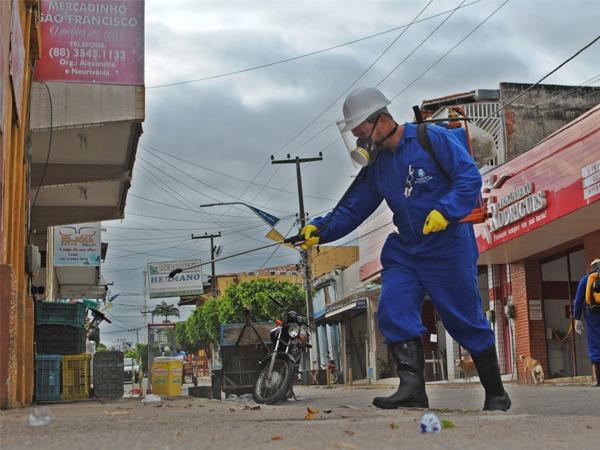 Prefeitura de Santana do Cariri realiza desinfecção da Rua Plácido Cidade Nuvens em combate ao Coronavírus