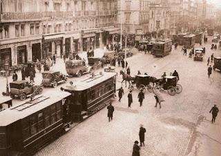 La calle de Alcalá con un cotidiano tráfico de la época: tranvías eléctricos, coches a motor y coches de caballos.