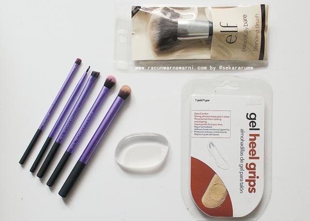 melengkapi peralatan make up