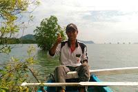 Berwisata Kanoe di depan kapal Fery Pelabuhan Lembar