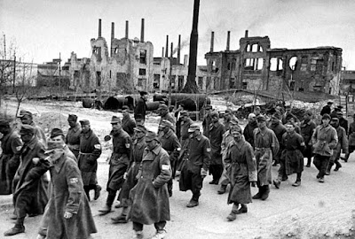 Un grupo de prisioneros alemanes tras la batalla de Stalingrado