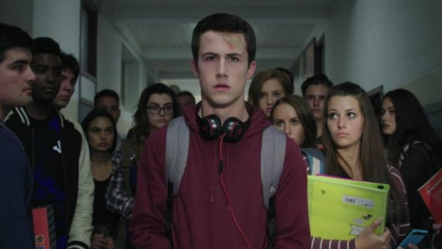 Clay Jensen (Dylan Minnette) en el instituto