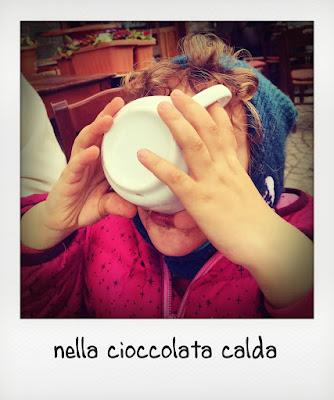 Bimba beve una cioccolata calda in Valle d'Aosta